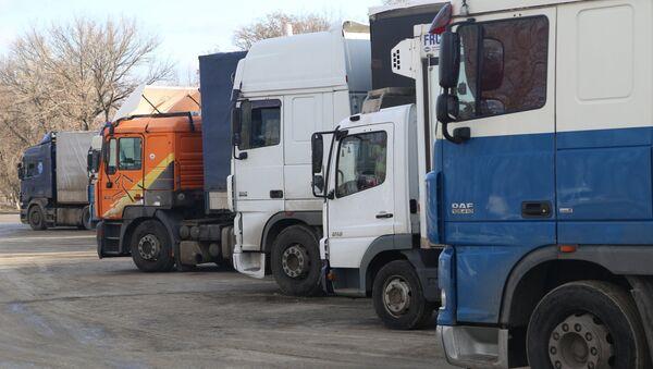 Camiones en la frontera ruso-ucraniana - Sputnik Mundo