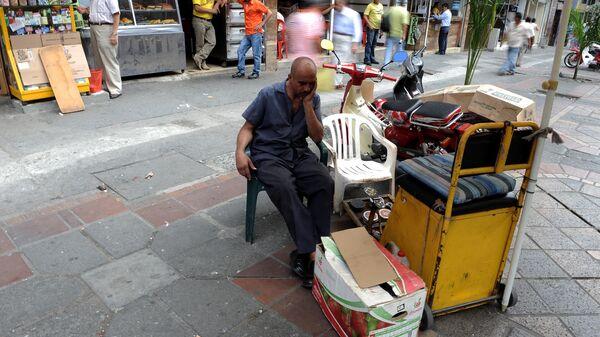 Un hombre esperando clientes - Sputnik Mundo