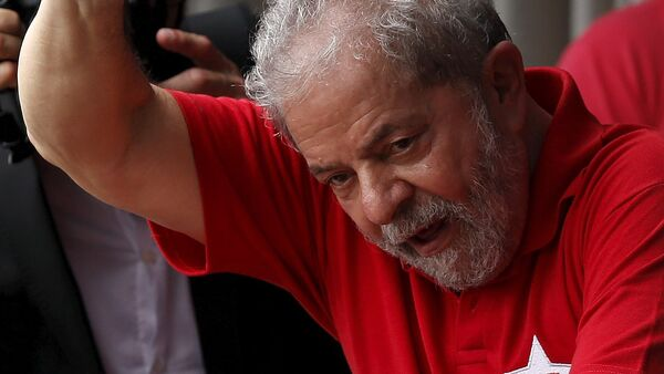 Former Brazilian President Luiz Inacio Lula da Silva waves to the crowd from his home in Sao Bernardo do Campo, Brazil, March 5, 2016.  - Sputnik Mundo