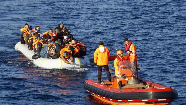Refugiados (izda.) en el mar de Egeo - Sputnik Mundo