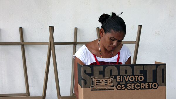 Una mujer vota en Costa Rica (archivo) - Sputnik Mundo