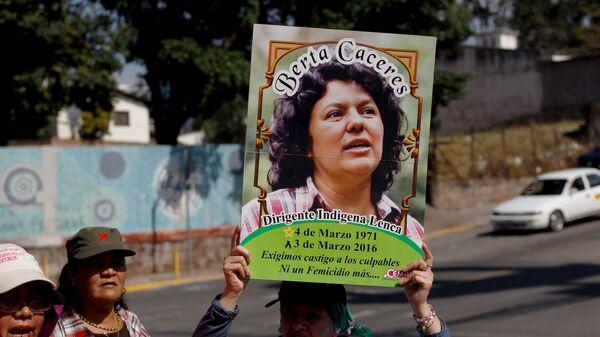 Una activista con la imagen de Berta Cáceres - Sputnik Mundo
