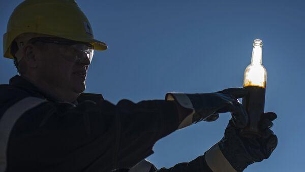Trabajador de un campo petrolífero en Rusia - Sputnik Mundo