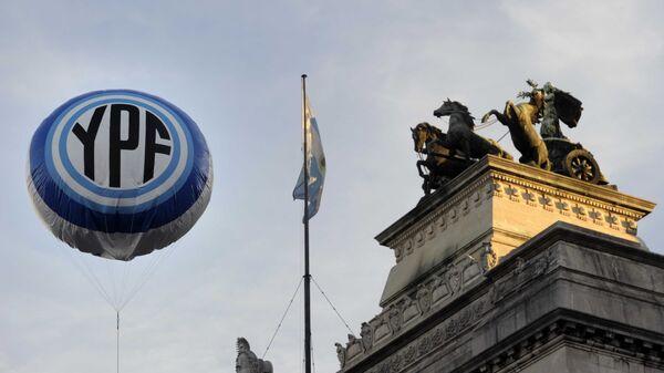 Logo de la petrolera argentina YPF frente al Congreso en Buenos Aires - Sputnik Mundo