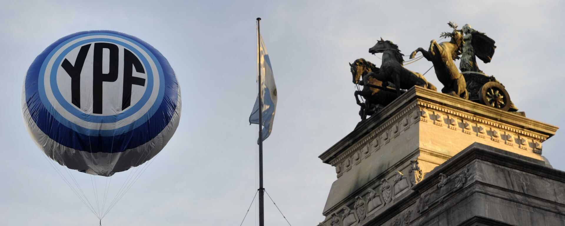 An inflatable baloon with the Argentine national oil company YPF logo floats in the air in front the Congress bulding before the voting of the bill nationalizing the company, on May 3, 2012 - Sputnik Mundo, 1920, 05.02.2021