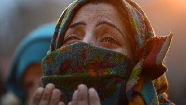 Una mujer musulmana rezando - Sputnik Mundo