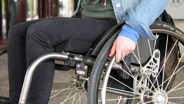 Empleada británica maltrata a un discapacitado - Sputnik Mundo