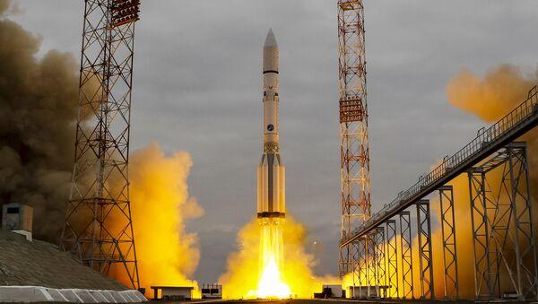 Un misil Protón-M despegando del cosmódromo de Baikonur en Kazajistán - Sputnik Mundo