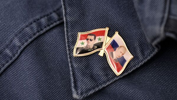 Pins con retratos del presidente sirio, Bashar Asad, y presidente ruso, Vladímir Putin - Sputnik Mundo