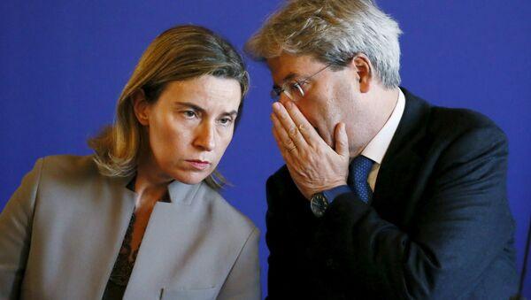 Jefa de la diplomacia europea, Federica Mogherini y canciller de Italia, Paolo Gentiloni - Sputnik Mundo