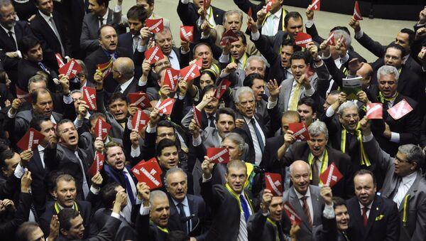 Los diputados de la oposición llevaban cintas de color verde y amarillo y tarjetas rojas con la inscripción '¡Impeachment ya!' - Sputnik Mundo