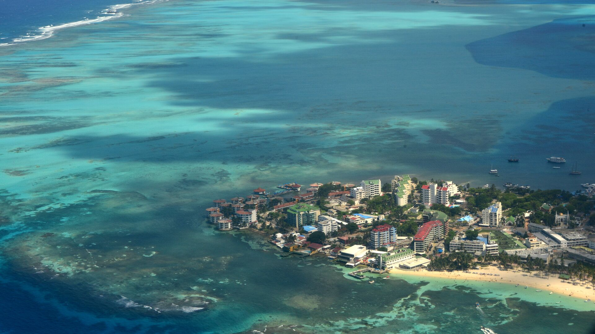 Aereal view of San Andres Island, Colombia on September 5, 2013.  - Sputnik Mundo, 1920, 01.10.2021