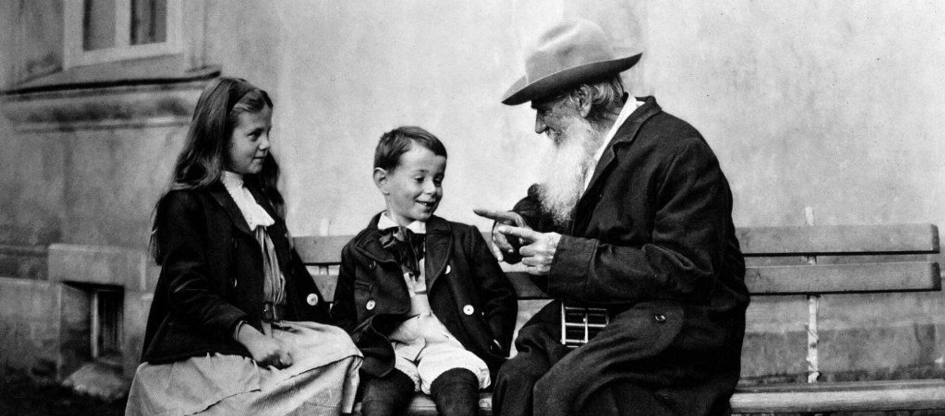 León Tolstói (dcha.) con sus nietos - Sputnik Mundo, 1920, 19.03.2016