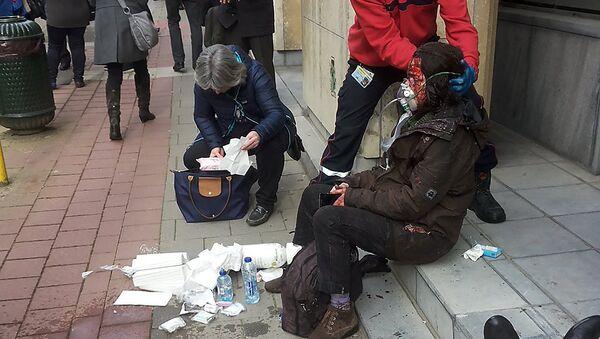 Una persona herida en el lugar del atentado en Bruselas - Sputnik Mundo