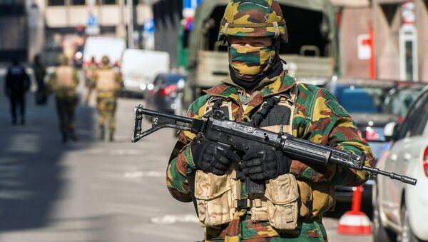 Un militar en Bruselas cerca de la estación de Maelbeek tras los atentados - Sputnik Mundo