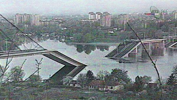 Imagen de televisión serbia muestra un puente sobre el Danubio que fue destruido por aviones de la OTAN en abril de 1999. - Sputnik Mundo