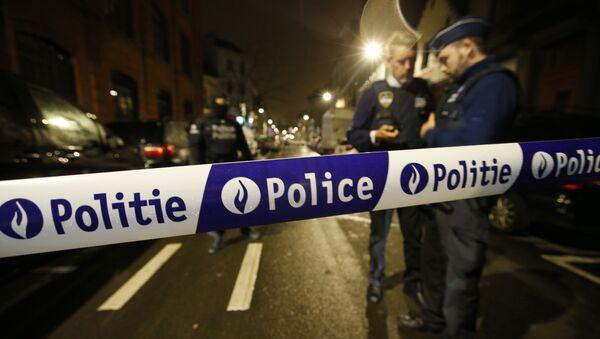 Los policías durante una redada en los suburbios de Schaerbeek en Bruselas - Sputnik Mundo