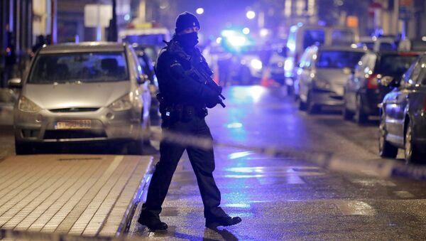 Un policía belga durante una operación en Schaerbeek (archivo) - Sputnik Mundo