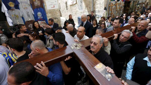 Peregrinos llevan una cruz durante la celebracion de Viacrucis en Jerusalén - Sputnik Mundo