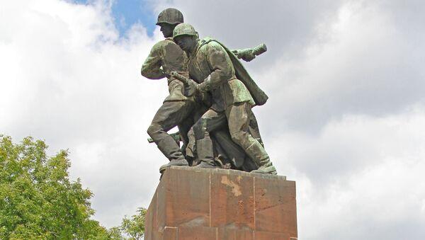 Un monumento soviético en Varsovia, la capital de Polonia - Sputnik Mundo