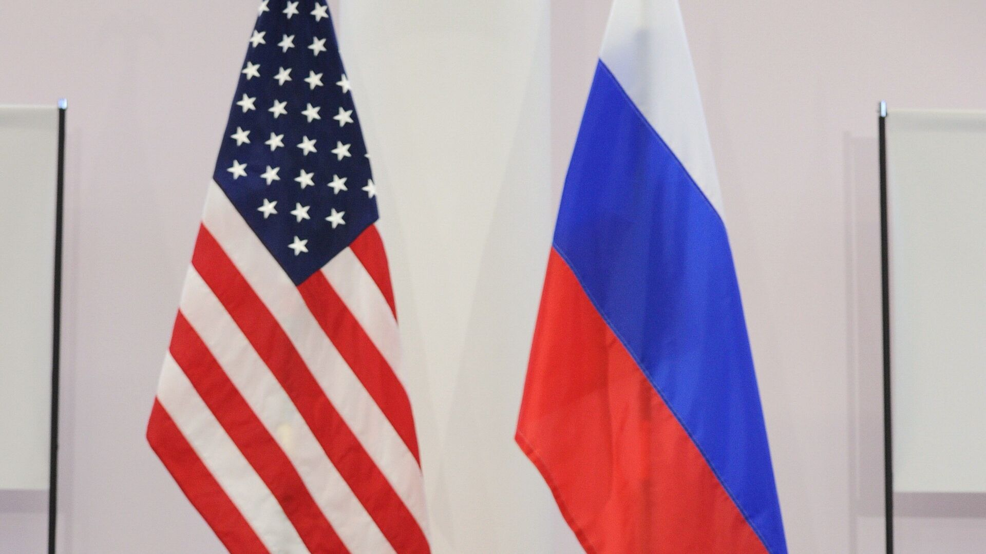 US and Russian flags - Sputnik Mundo, 1920, 14.10.2021