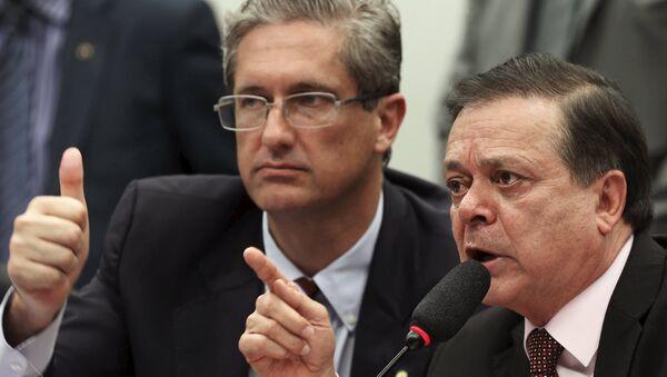 Jovair Arantes (dcha.) al presentar el informe final sobre el impeachment - Sputnik Mundo