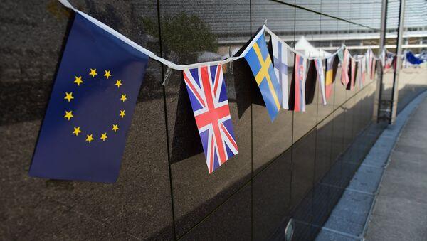 Banderas de la UE y Reino Unido (en primer plano) - Sputnik Mundo