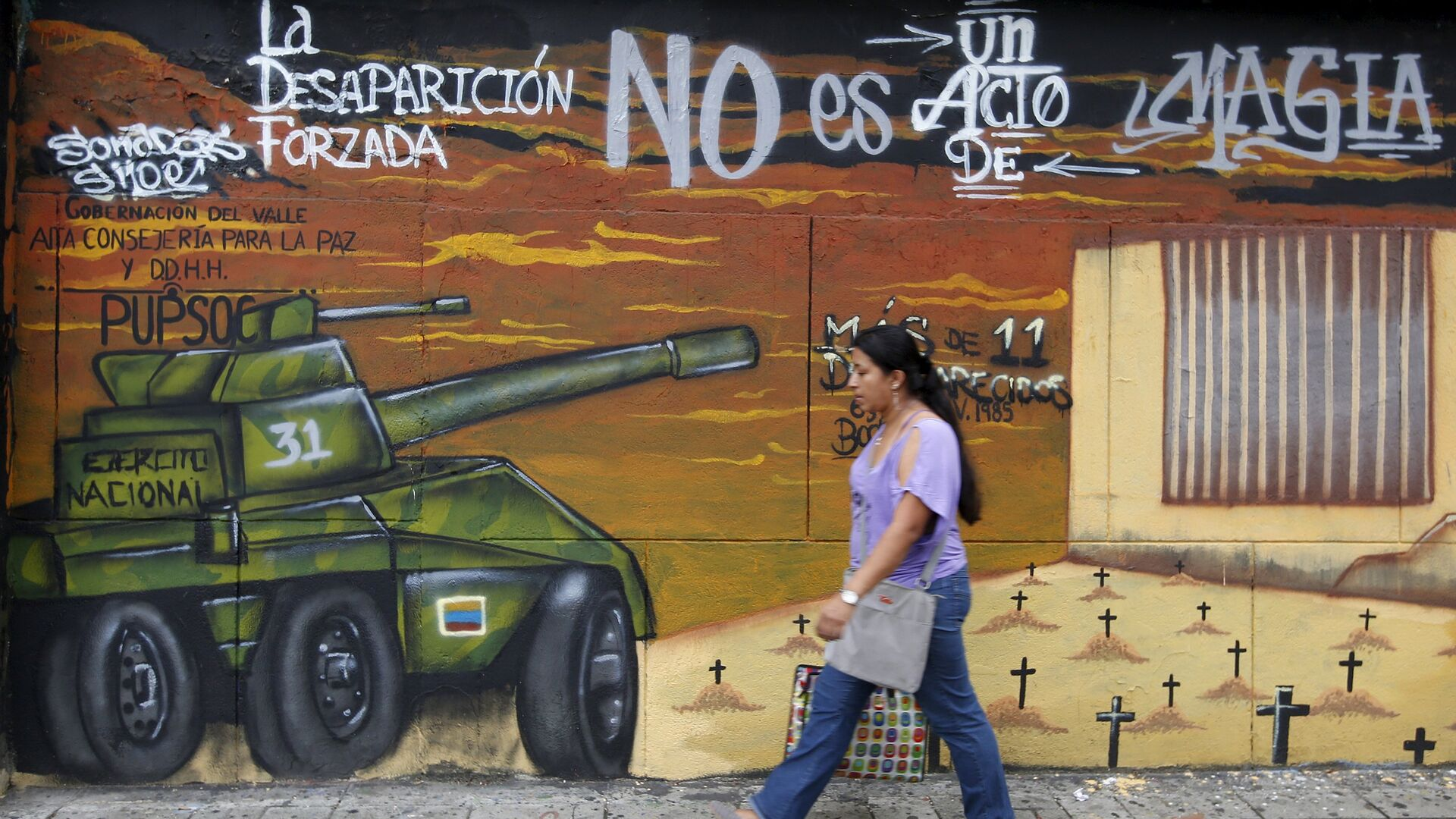 A woman walks in front of a mural during a commemoration day to show solidarity with the victims of armed conflict, in Cali, Colombia April 9, 2016 - Sputnik Mundo, 1920, 06.10.2021