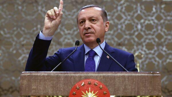 Turkish President Recep Tayyip Erdogan addresses a meeting of local administrators in Ankara, Turkey, Wednesday, April 6, 2016 - Sputnik Mundo