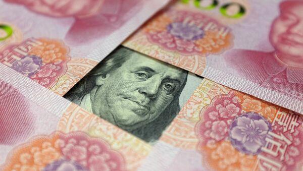 Yuanes y un billete de dólar - Sputnik Mundo