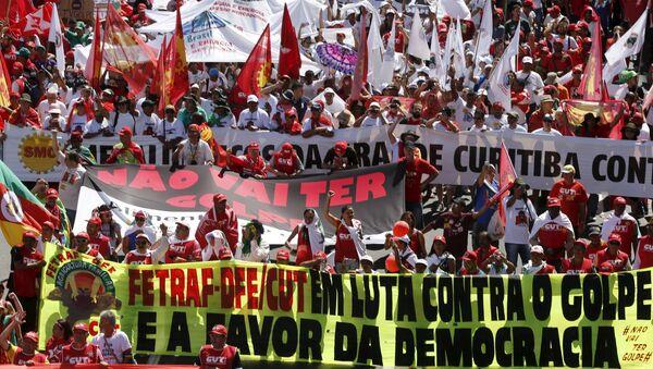 Los simpatizantes de la presidenta Dilma Rousseff durante las multitudinarias marchas en su apoyo - Sputnik Mundo