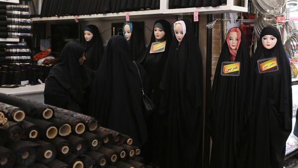 Mujeres iraníes en un mercado de la ciudad de Qom, al sur de Teherán - Sputnik Mundo