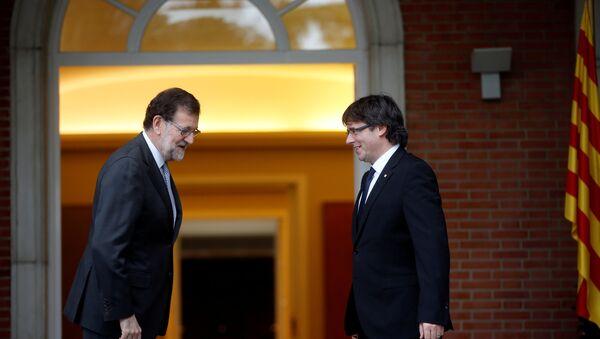 Mariano Rajoy, presidente del Gobierno español, y Carles Puigdemont, presidente de Cataluña - Sputnik Mundo