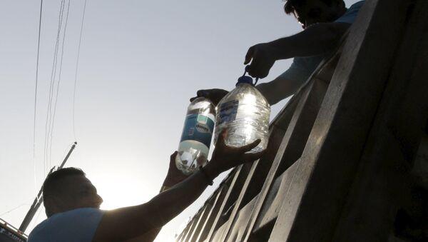 Donaciones de agua pura en la localidad ecuatoriana de Manta tras el terremoto - Sputnik Mundo