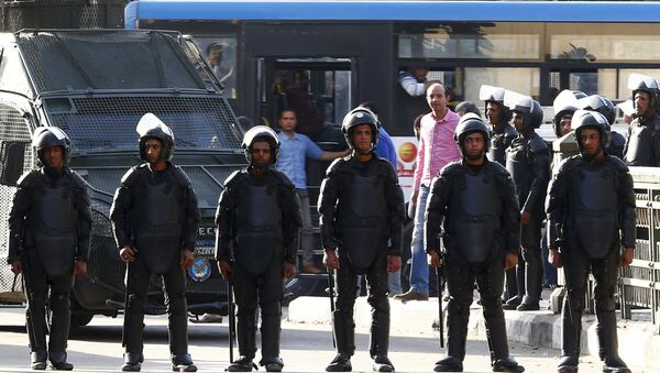 People look on from a bus behind riot police after they closed streets during a demonstration protesting the government's decision to transfer two Red Sea islands to Saudi Arabia, in front of the Press Syndicate in Cairo, Egypt, April 15, 2016. - Sputnik Mundo