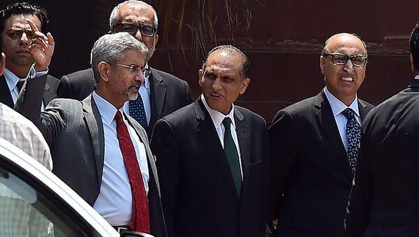Vicecanciller indio, Subrahmanyam Jaishankar (izda.) y su homólogo paquistaní, Aizaz Ahmad Chaudhry (c.) - Sputnik Mundo