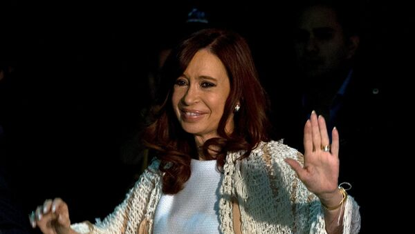 Former Argentine President Cristina Fernandez de Kirchner waves to supporters after arriving at Buenos Aires' metropolitan airport, ahead of her court attendance to answer questions over a probe into the sale of U.S. - Sputnik Mundo