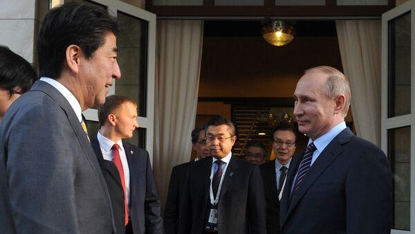 Vladímir Putin, el presidente de Rusia, y Shinzo Abe, el primer ministro de Japón, el 6 de mayo de 2016 - Sputnik Mundo