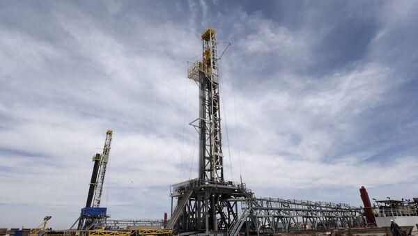 Plataformas de perforación de petróleo de empresa YPF - Sputnik Mundo