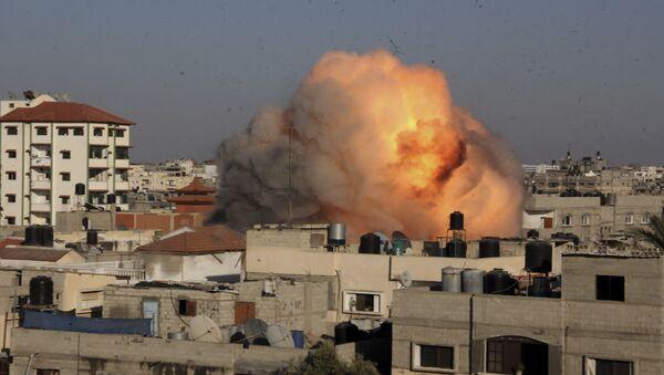 Explosión en una casa en Gaza después de un ataque aéreo por Israel - Sputnik Mundo