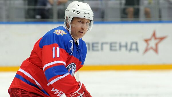 Putin participa en un encuentro de exhibición de hockey hielo en Sochi - Sputnik Mundo