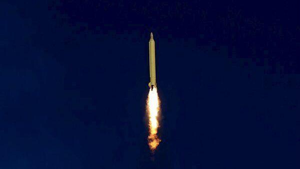 Irán lanza un misil balístico (archivo) - Sputnik Mundo
