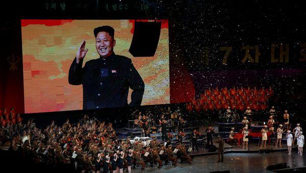 Una imagen de Kim Jong-un sobre una pantalla durante las celebraciones que marcan el fin del VII Congreso del Partido del Trabajo de Corea (Archivo) - Sputnik Mundo