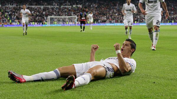 Real Madrid's Cristiano Ronaldo from Portugal celebrates after scoring against Racing Santander during a Spanish La Liga soccer match at the Santiago Bernabeu stadium in Madrid - Sputnik Mundo