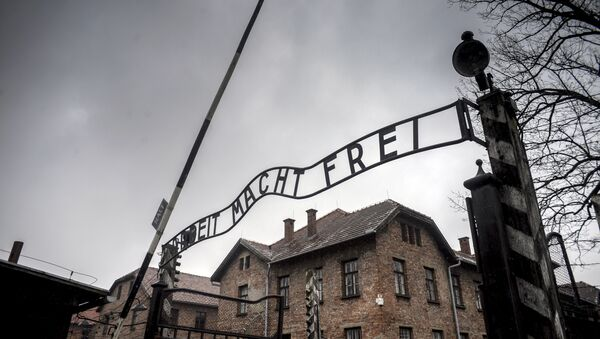 Puerta central del campo de exterminio Auschwitz - Sputnik Mundo