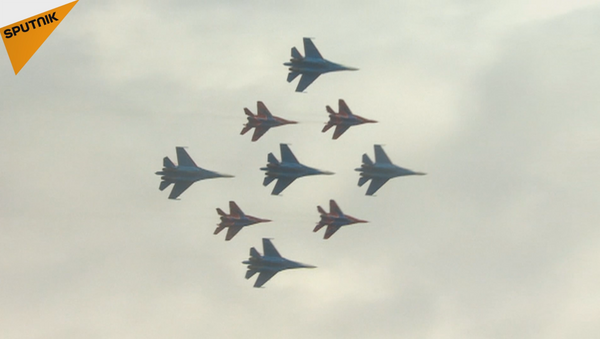 Increíbles acrobacias aéreas en el cielo moscovita - Sputnik Mundo