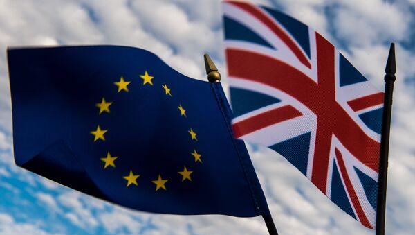 Las banderas de la Unión Europea y el Reino Unido - Sputnik Mundo