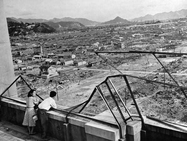 El 6 de agosto en Japón se conmemora a las víctimas del bombardeo de Hiroshima. La bomba atómica lanzada sobre la población civil en 1945, en un segundo les quitó la vida a 70.000 personas mientras que otras 60.000 murieron más tarde tras la agonía por las heridas, quemaduras y la radiación. Tres días después, el mismo destino lo sufrió Nagasaki. En la foto: la ciudad de Hiroshima tres años después del bombardeo atómico en agosto de 1945. - Sputnik Mundo