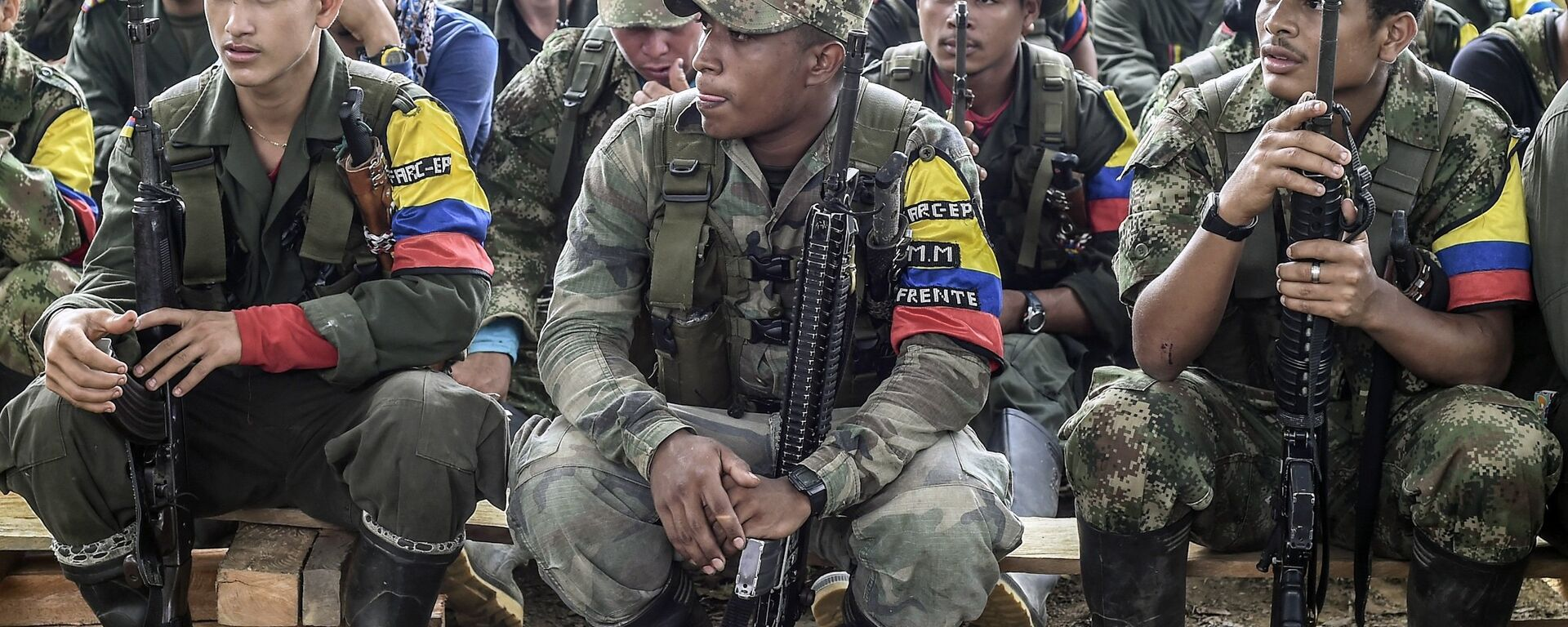 Revolutionary Armed Forces of Colombia (FARC) guerrillas listen during a class on the peace process between the Colombian government and their force, at a camp in the Colombian mountains on February 18, 2016. - Sputnik Mundo, 1920, 04.10.2021