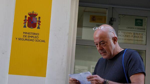Un hombre dejando la oficina del Ministerio de Empleo y Seguridad Social de España - Sputnik Mundo
